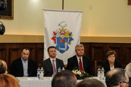 Teltház előtt tartott konferenciát az önkormányzatok új szövetsége