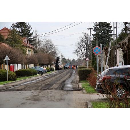 Az aszfaltburkolat felmarásával elkezdődött a Hősök utca rekonstrukciója