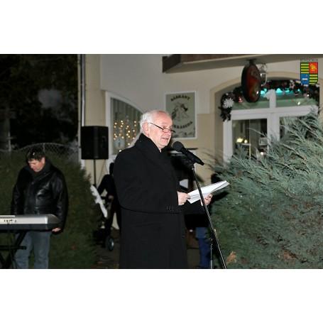 Fellobbant az első gyertya lángja a város adventi koszorúján