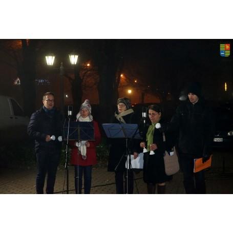 Már a második gyertya lángja is világít a város adventi koszorúján