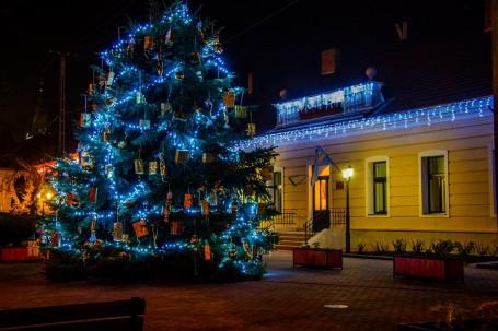 Megérkezett a főtérre a város karácsonyfája