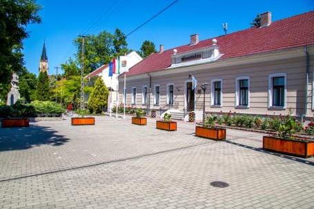 Közfoglalkoztatás keretében virágládák és új buszváró került kihelyezésre Kondoroson